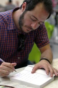 Fernando Navarro firmando nuestro ejemplar. Fotografía de Daniel Fernández Sosa