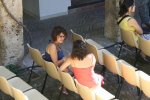 Entrevistando a Marta Yáñez en el patio de butacas del Teatro del Carbón. Foto de Mai Serrano