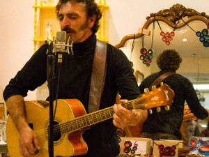 Javier Arnal durante su concierto en Galerías Goya. Fotografía de Miguel Ruiz