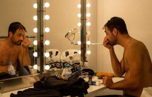 Jose Vera maquillándose antes de la función. Fotografía de Miguel Ruiz (Malasangre Photography)