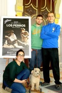 Los actores posando con el cartel promocional del Teatro Echegaray. Fotografía de Mai Serrano