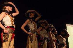 Espéctaculo con el que se inició la gala de clausura del Almería Western Film Festival. Fotografía de Carlos Freire