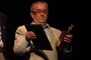 """José Salcedo observando su premio y su placa """"Desierto de Tabernas"""". Fotografía de Carlos Freire"""