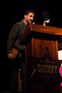 """JT Mollner recogiendo el premio a la mejor interpretación de su protagonista, Francesca Eastwood, por """"Outlaws & Angels"""". Fotografía de Carlos Freire"""