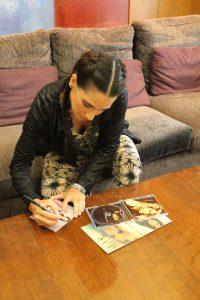 India Martínez firmando discos a sus fans. Fotografía de Loli Cerezo