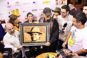Rodríguez López hace entrega de su cuadro a Terrence Hill. Fotografía de Carlos Freire