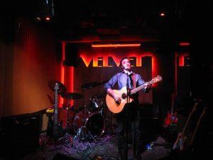 Javier Arnal durante su concierto en Velvet Club