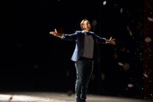 """Jorge Blass despidiéndose del público en """"El arte de la magia"""". Fotografía de Carlos Freire"""