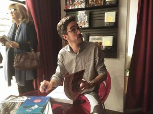 Felipe Passolas firmando ejemplares en Fnac Málaga