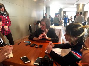 Carla Simón durante la entrevista con diferentes medios. Fotografía de Mai Serrano
