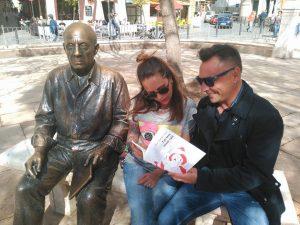 Antonio Rodríguez Torres mostrando su obra a una lectora