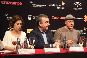 Mercedes Gamero (productora), Lorenzo Silva y Roberto Álamo durante la rueda de prensa. Fotografía de Víctor Almazán