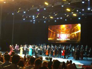 """Despedida de todo el equipo artístico y musical de """"Disney in concert"""" en Starlite Marbella. Fotografía de Mai Serrano."""