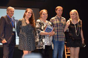 Elisa Montés recogiendo su premio ASFAAN ante la mirada de su hija Emma Ozores. Fotografía de Javi Sánchez