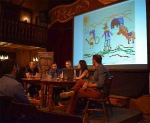 Momento de la mesa redonda donde Rosa Jiménez muestra el dibujo de su sobrina acerca de lo que considera que es el cine western. Fotografía de Javi Sánchez
