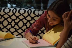 Alma Obregón firmando uno de los ejemplares de su libro. Fotografía de Javi Sánchez