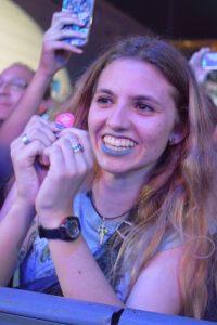 Aficionada que consiguió la púa de Fito durante el concierto.