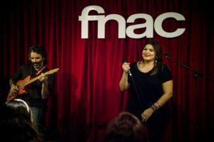 Silvia Vargas durante su actuación en Fnac Málaga. Fotografía de Edu Rosa.