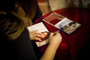 """Silvia Vargas firmando su disco """"Ahora"""". Fotografía de Edu Rosa."""