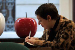 Alaitz Leceaga firmando un ejemplar de su libro. Fotografía de Carlos Freire.