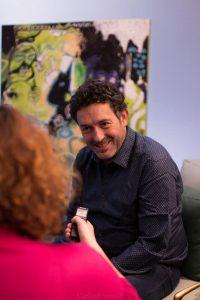 """Mikel Santiago firmando nuestro ejemplar de """"La isla de las últimas voces"""". Fotografía de Carlos Freire."""