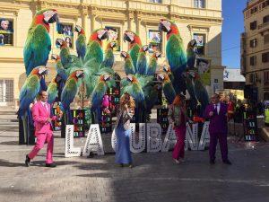 """Presentación de """"Adiós Arturo"""" de """"La Cubana"""" en la entrada principal del Teatro Cervantes, Fotografía de Mai Serrano."""