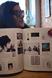 """Julia Martín nos enseña su aparición en """"Vogue"""" durante nuestra entrevista."""