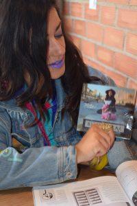 "Julia Martín nos enseña su disco ""S.U.P.E.R.R.E.A.L."" durante la entrevista"
