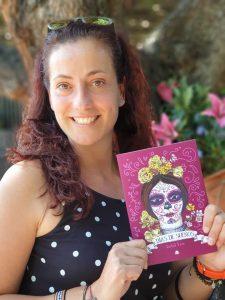"""Isabel Vera presentando la portada de su libro """"Días de sueños"""". Fotografía de Jose Vera."""
