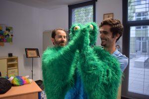"""Nacho y Franc González dando palmas con uno de los personajes de """"El guardián de los sueños"""""""