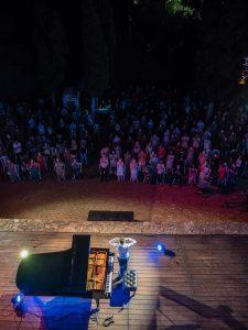 Jose Carra agradeciendo al público al final del concierto. Fotografía de Pepe Ainsua.