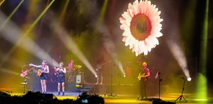 Rozalén y sus músicos en Starlite Marbella. Fotografía de Jose Vera.